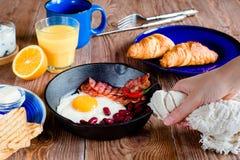 Английский завтрак в деревенском стиле Первый взгляд персоны Стоковая Фотография RF