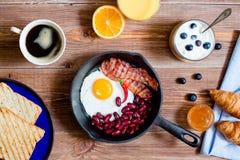 Английский завтрак в деревенском стиле Стоковая Фотография RF