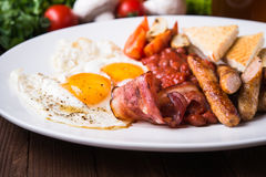 Английский завтрак & x28; краденные яичка, фасоли, зажарили в духовке бекон, сосиски и vegetables& x29; Стоковая Фотография