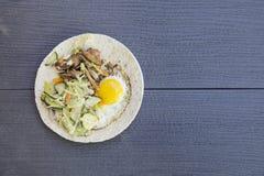 Английский завтрак - яичко, бекон и овощи в деревенском стиле на деревянной предпосылке Стоковые Изображения RF