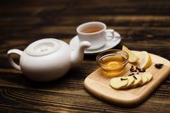 Английский комплект чая бака и чашки чая Стоковые Изображения