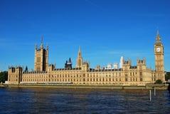 Английский парламент с другой стороны реки Темзы Стоковые Фото