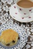 Английский послеполуденный чай с чашкой и Scones чая Стоковые Фотографии RF