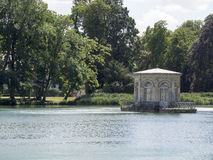 Английский сад и Etang pond на дворце Фонтенбло, Франции Стоковое Фото