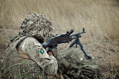 Английский солдат с M240 пулемета Стоковая Фотография