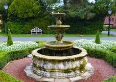 Английский фонтан сада гостиницы сельской местности в сентябре Стоковое Изображение RF