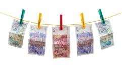Английский язык колотит банкноты на веревке для белья стоковое фото