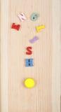 Английское слово на деревянной предпосылке составленной от писем красочного блока алфавита abc деревянных, космосе экземпляра для Стоковые Фотографии RF