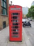 Английское phonebooth в городе Лондона - Великобритании Стоковое Фото