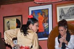 Андалузские девушки танцуют и поют фламенко, типичная традиционная музыка южной Испании Стоковая Фотография