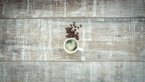Анимация механизма прерывного действия кофейных зерен преобразования свежих зажаренных в духовке к чашке кофе, uhd, 4K акции видеоматериалы