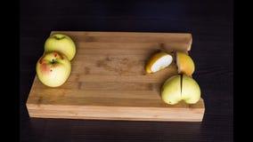 Анимация механизма прерывного действия отрезок яблока еды на деревянной доске видеоматериал