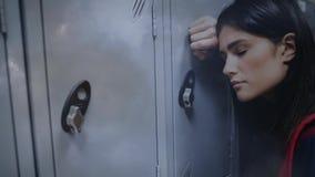 Анимация цифров вымотанной женщины полагаясь на шкафчике сток-видео
