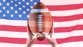 Анимация цифров игрока рэгби держа шарик рэгби против американского флага акции видеоматериалы