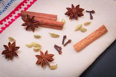 Анисовка звезды специи ассортимента, ручки циннамона, семя cardamon и гвоздичные деревья стоковая фотография rf