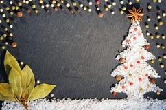 Анисовка звезды, allspice, лист залива специи, красный пеец черноты, белых и и соль Предпосылка специй Предпосылка рождества спец Стоковые Изображения RF