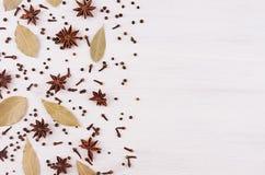 Анисовка играет главные роли, гвоздичное дерево, картина листьев залива на белой деревянной предпосылке, космосе экземпляра Стоковая Фотография RF
