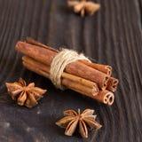 Анисовка циннамона и звезды на деревянной предпосылке Стоковое Изображение RF