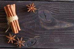 Анисовка циннамона и звезды на деревянной предпосылке Стоковая Фотография RF