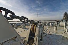 Анкерная цепь и брашпиль на борту корабля Стоковые Изображения
