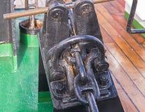 Анкерная цепь корабля на шлюпке Стоковая Фотография RF