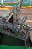 Анкерная цепь корабля на шлюпке Стоковые Фото