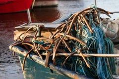 Анкеры и веревочки на рыбацкой лодке Рыбацкие лодки и сети в t Стоковое Изображение