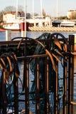 Анкеры и веревочки на рыбацкой лодке Рыбацкие лодки и сети в t Стоковые Изображения RF