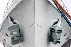 Анкер большого военного корабля стоя в порте Смычок shi Стоковое Изображение