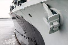 Анкер большого военного корабля стоя в порте Смычок shi Стоковое фото RF