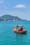 Анкер бросания рыбацкой лодки на фокусе побережья селективном Стоковые Изображения