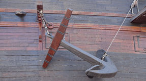 Анкер в корпусе старого военного корабля Стоковые Фотографии RF
