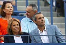 Анкер Кати Couric ТВ с ее женихом Джоном Molner во время спички тенниса на США раскрывает 2013 Стоковая Фотография