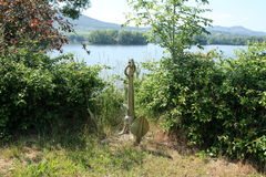 Анкер около берега озера стоковая фотография