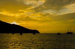 Анкер рыбацкой лодки около молы Стоковые Фото