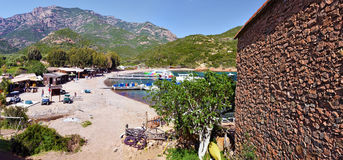 Анкоридж и пляж увиденные от деревушки Girolata Стоковое Фото