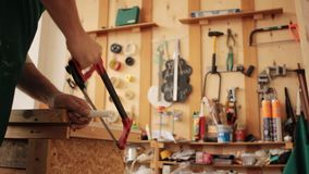 Анонимная ручка sawing женщины акции видеоматериалы