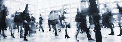 Анонимная толпа идти людей Стоковое фото RF