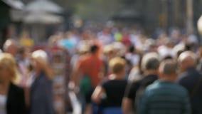 Анонимная толпа людей идя на улицу города в нерезкости движение медленное видеоматериал