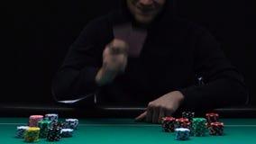 Анонимные карточки отверстия игрока показывая пары тузов, противозаконный игорный бизнес сток-видео