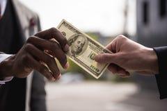 Анонимные руки бизнесменов держа 100 долларов банкноты Стоковые Фото