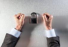 Анонимный нетерпеливый бизнесмен вручает бой для корпоративной безопасности данных Стоковая Фотография RF