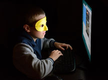 Анонимный потребитель смотря экран стоковые фотографии rf
