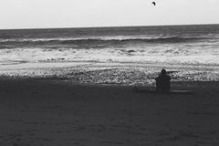 Анонимный серфер черно-белый Стоковая Фотография RF