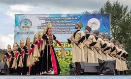 Ансамбль положения академичный народного танца Adygeya Nalmes на фестивале черкесского сыра в республике Adygea стоковые изображения rf