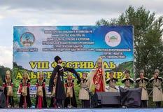 Ансамбль положения академичный народного танца Adygeya Nalmes на фестивале черкесского сыра в республике Adygea стоковая фотография