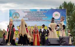 Ансамбль положения академичный народного танца Adygeya Nalmes на фестивале черкесского сыра в республике Adygea стоковое фото