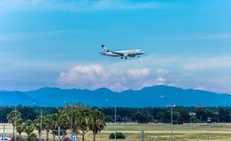 Анталья, Турция -18 май 2018; Международный авиапорт Антальи пассажирский самолет приземляется индюк antalya Стоковые Фотографии RF