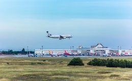 Анталья, Турция -18 май 2018; Международный авиапорт Антальи пассажирский самолет приземляется индюк antalya Стоковые Изображения