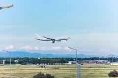 Анталья, Турция -18 май 2018; Международный авиапорт Антальи пассажирский самолет приземляется индюк antalya Стоковые Изображения RF